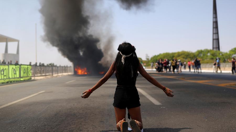 29.ago.2021 - Indígenas protestam contra marco temporal em frente ao Palácio do Planalto - Amanda Perobelli/Reuters