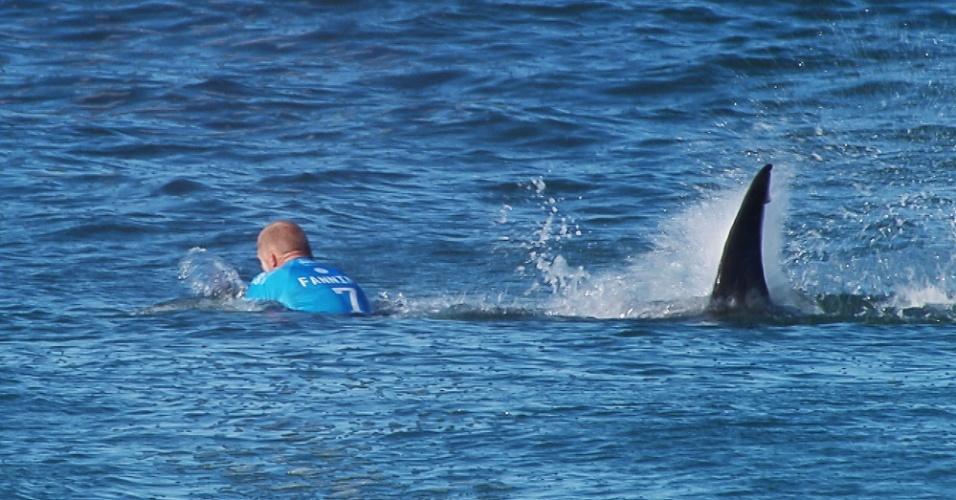 19.jul.2015 - Surfista australiano Mick Fanning é atacado por um tubarão (ele lutou contra o tubarão, fugindo da cena aterrorizante sem lesão) durante a final do JBay Surf Open em Jeffreys Bay, na África do Sul