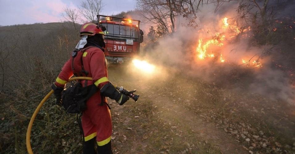 28.dez.2015 - Bombeiro tenta conter fogo em incêndio que atinge floresta próxima à aldeia de Barcena Mayor, na Cantábria, Espanha