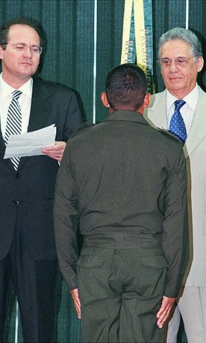 15.dez.1998 - Fernando Henrique Cardoso e o ministro Renan Calheiros durante cerimônia de apresentação do relatório sobre metas da reforma agrária executadas em 1998