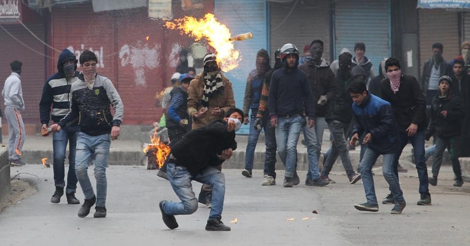 1º.jan.2016 - Manifestante lança um coquetel molotov contra policiais indianos e tropas paramilitares durante protesto em Srinagar, na Caxemira (Índia). Ao menos 10 trabalhadores foram mortos e seis ficaram feridos em um incêndio devastador na região controlada pela Índia, informou a polícia