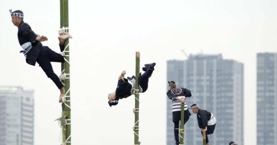 6.jan.2016 - Bombeiros japoneses escalam bambus durante uma exibição no evento de Ano-Novo, em Tóquio. Cerca de 2.800 bombeiros participam de atividades durante o evento de conscientização para a prevenção de desastres e incêndios