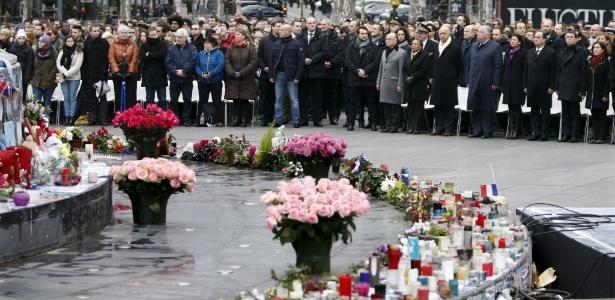 População se reúne na praça da República, em Paris, em homenagem às vítimas de ataques terroristas