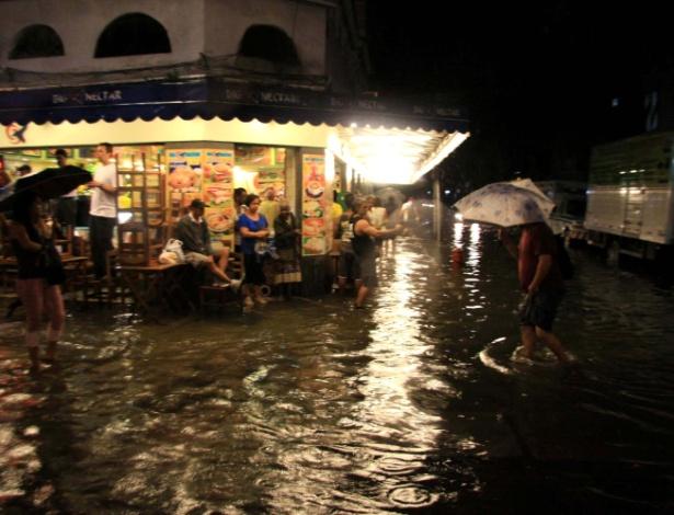 Chuva causa alagamento nas ruas do bairro do Catete, zona sul do Rio de Janeiro (RJ), na noite da segunda-feira (29)