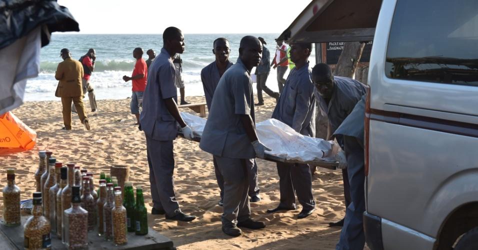 Homens carregam corpo após homens fortemente armados atirarem contra resort em Grand-Bassam, na Costa do Marfim