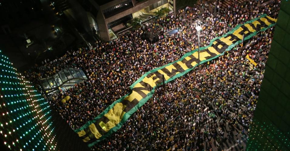 16.mar.2016 - Manifestantes realizam um protesto na avenida Paulista, em São Paulo, contra a nomeação do ex-presidente Luiz Inácio Lula da Silva como ministro Chefe da Casa Civil, no governo de Dilma Rousseff. O grupo pede também o impeachment da presidente