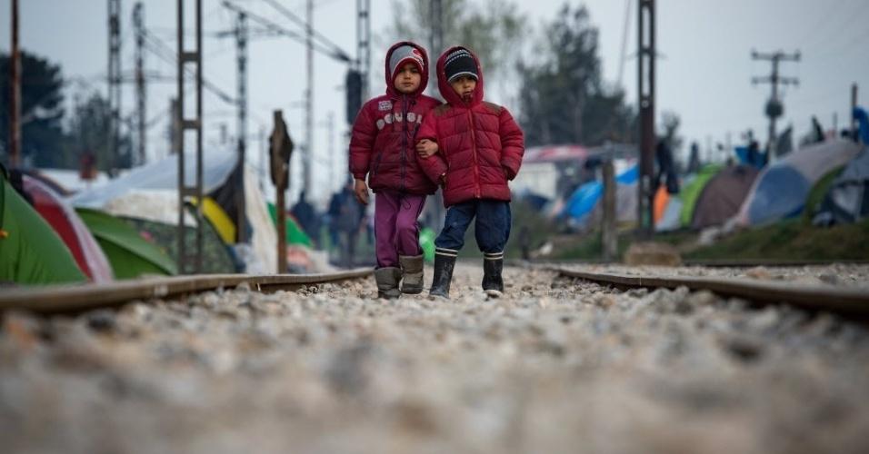 25.mar.2016 - Crianças andam sobre trilhos de trem em um acampamento improvisado para os migrantes e refugiados na fronteira greco-macedônio perto da aldeia de Idomeni