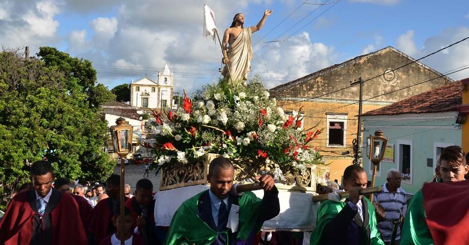 27.mar.2016 - Fiéis acompanham a procissão da Ressurreição no centro histórico de Olinda, PE