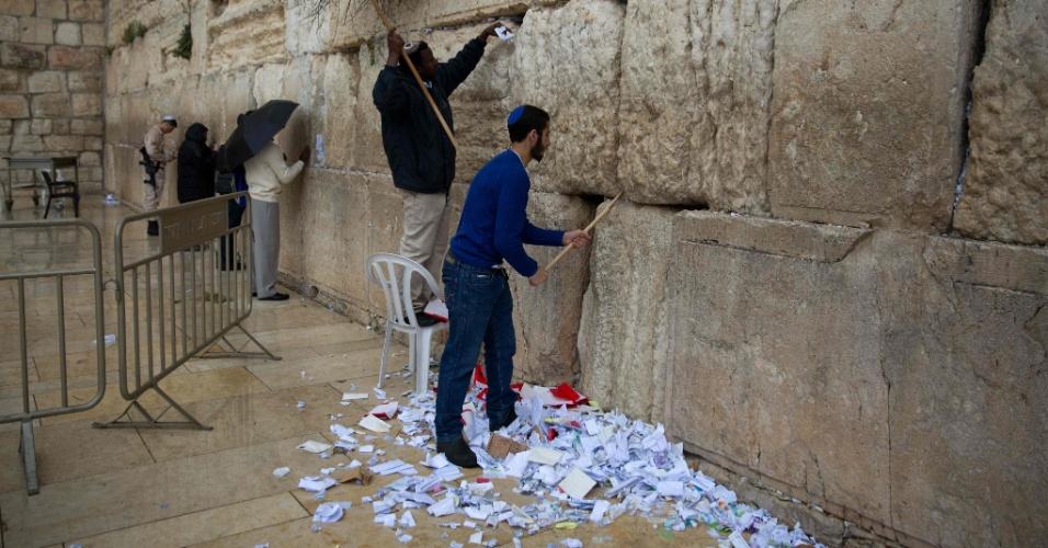 """12.abr.2016 - Funcionários removem mensagens e orações escritas """"para Deus"""" no Muro das Lamentações, na Cidade Velha de Jerusalém, em preparação para o feriado da Páscoa judaica. Os bilhetes serão enterrados num lugar especial dentro de um cemitério local"""