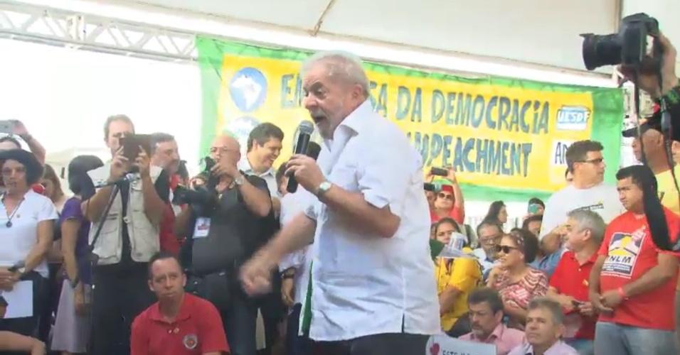 16.abr.2016 - O ex-presidente Lula discursa contra o impeachment de Dilma Rousseff para manifestantes pró-governo em Brasília (DF).