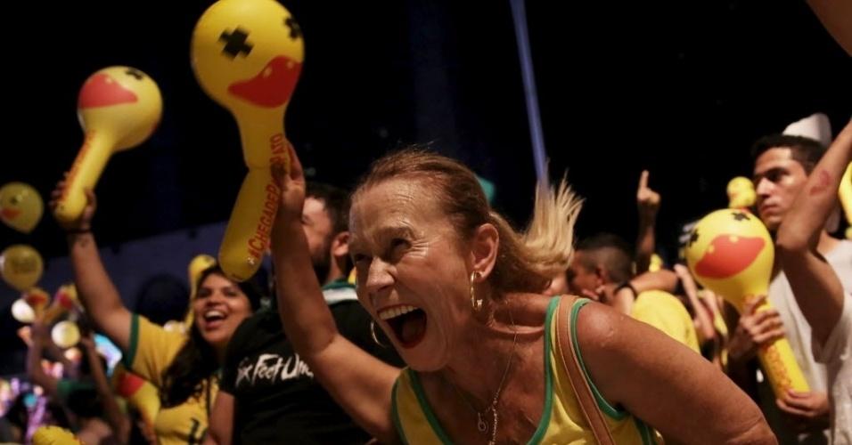 17.abr.2016 - Manifestante favorável ao afastamento da presidente Dilma Rousseff, na avenida Paulista, região central de São Paulo, comemora a cada voto pró-impeachment dos deputados federais no Congresso Nacional