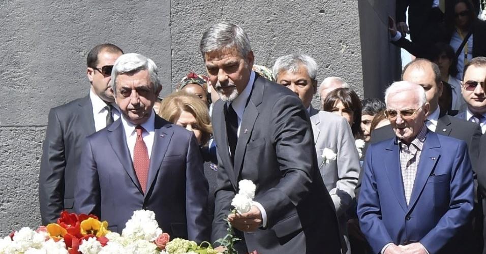 24.abr.2016 -  O ator George Clooney participou de uma passeata em Yerevan para recordar o 101º aniversário do genocídio que os armênios sofreram no Império Otomano. Clooney, que defende o reconhecimento internacional dos massacres cometidos pelos turcos como genocídio, caminhou ao lado de milhares de armênios e do presidente Serzh Sarkisian para depositar flores no memorial de Tsitsernakaberd, ao mesmo tempo que missas eram celebradas nas igrejas do país