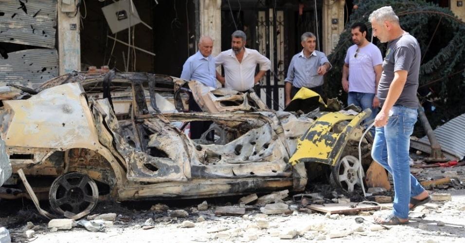 22.mai.2016 - Sírios observam local onde um homem-bomba, suspeito de pertencer ao Estado Islâmico, se explodiu, em Qamishli, Síria, neste domingo. Bombardeios atribuídos ao EI mataram pelo menos oito pessoas no nordeste da Síria horas após uma visita de um alto comandante militar dos Estados Unidos, segundo forças de segurança locais