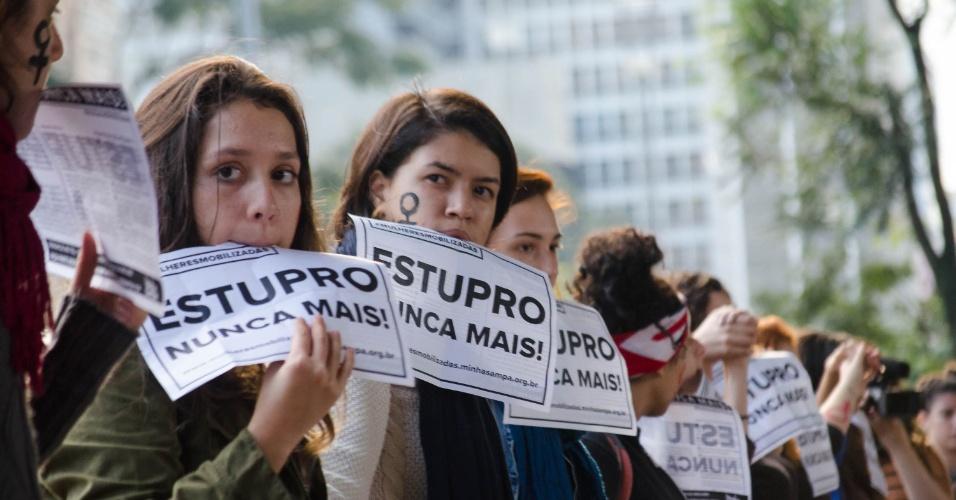 """1º.jun.2016 - Mulheres se reúnem em protesto """"Por Todas Elas"""" contra a cultura do estupro no vão livre do Masp"""