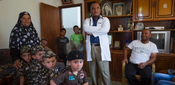 O médico palestino Ali Shroukh e sua damília em Dahriya, na Cisjordânia