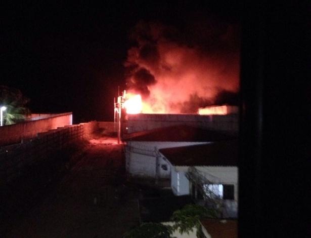 Incêndio provocado por detentos do Presídio Estadual de Parnamirim (RN) para tentar danificar os bloqueadores de celular