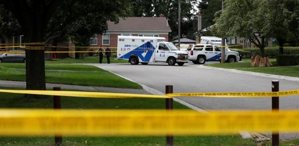 Policiais e ambulâncias diante de casa onde três pessoas foram mortas em incidente envolvendo um arco e flecha em Toronto, no Canadá