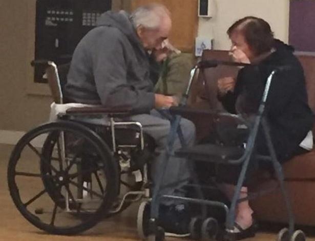 Wolfram Gottschalke sua mulher Anita, de 81, foram mandados pelo governo para casas de repouso separadas; uma imagem sua emocionados durante encontro viralizou nas redes sociais. - Facebook/Reprodução