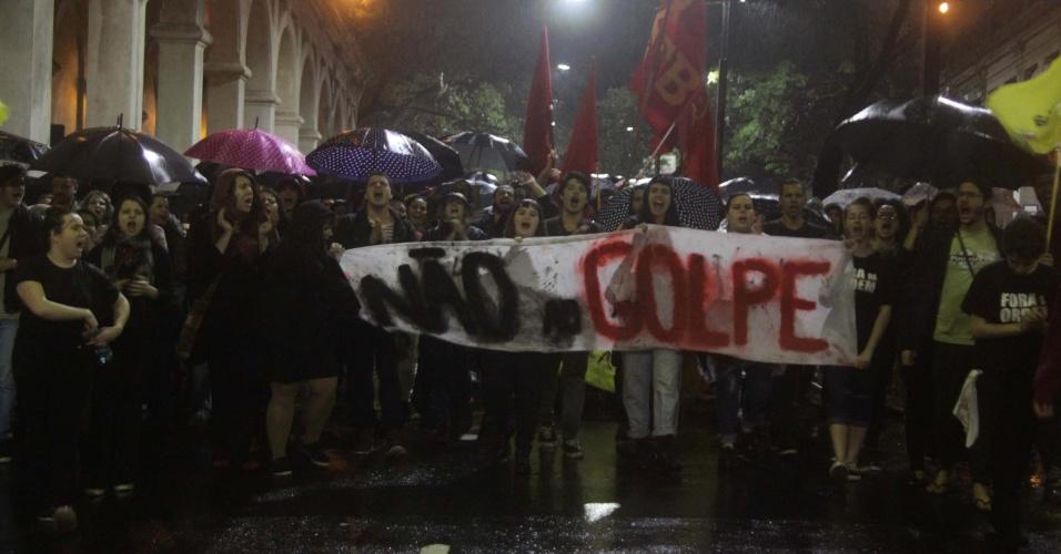 30.ago.2016 - Manifestantes protestam contra o impeachment da presidente afastada, Dilma Rousseff, e o governo interino de Michel Temer embaixo de chuva no Largo Zumbi dos Palmares, em Porto Alegre (RS)