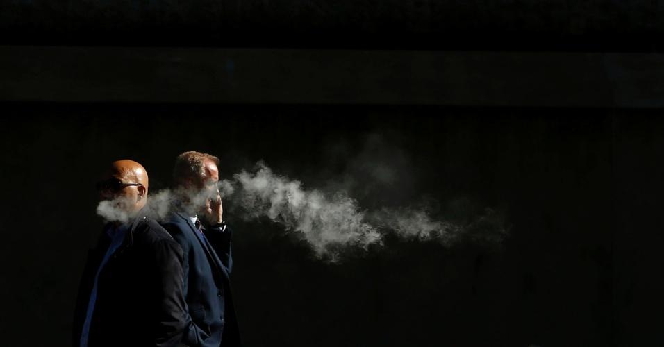 3.out.2016 - Homem fuma um cigarro eletrônico no centro de Londres, na Grã-Bretanha