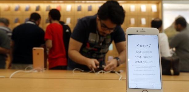 Apple Store em Dubai durante o lançamento do iPhone 7