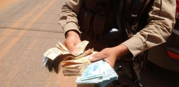 PM baiano mostra dinheiro apreendido com assaltantes em Riacho de Santana (BA)