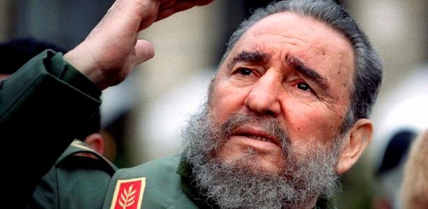 Fidel Castro acena durante viagem a Paris, na França, em 1995