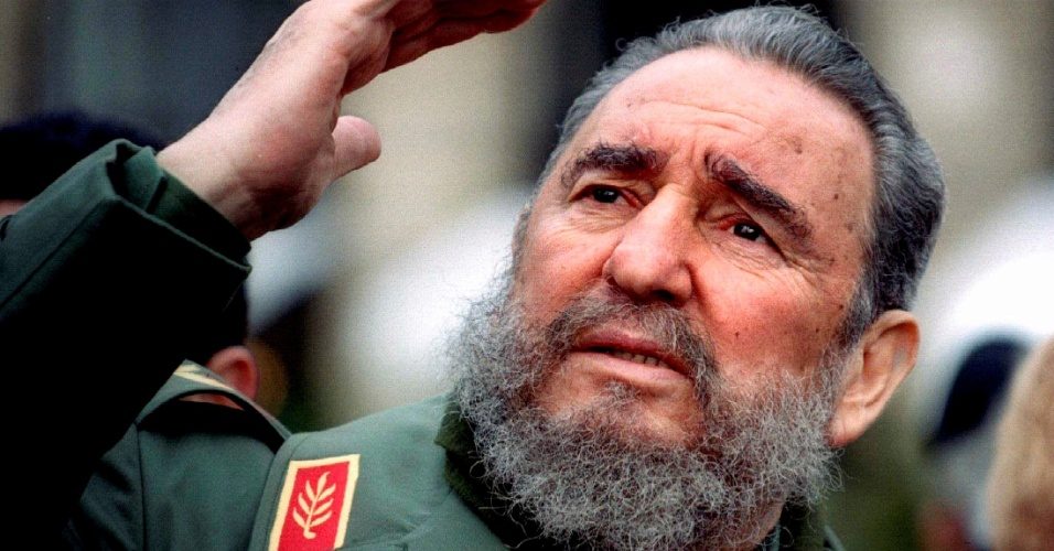 15.mar.1995 - Fidel Castro acena durante viagem a Paris, na França