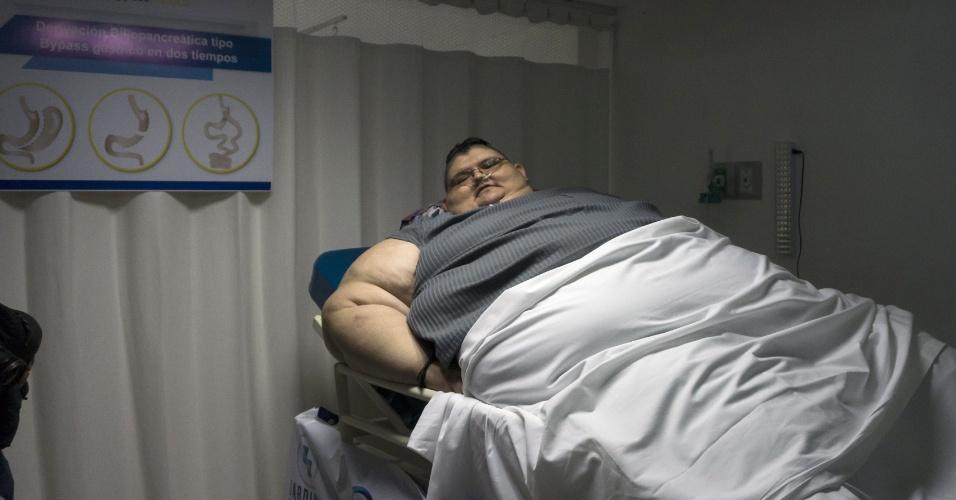"""21.dez.2016 - Juan Pedro, considerado o homem mais obeso do mundo, fará uma cirurgia de emagrecimento com o médico José Antonio Castañeda Cruz. """"É uma cirurgia que vai ser feita em duas etapas com um intervalo de seis meses, devido ao risco elevado de complicações"""", disse Castañeda"""