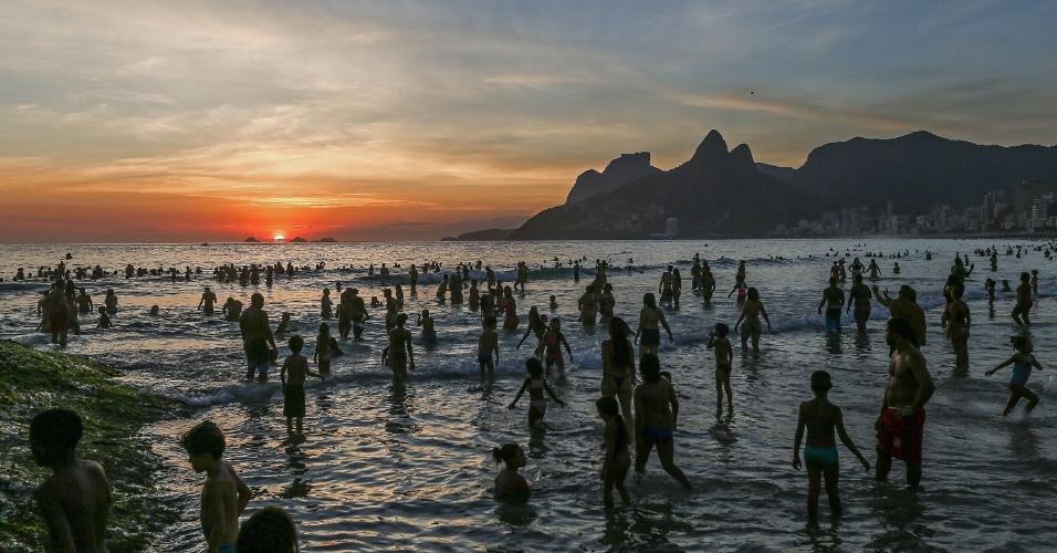 27.dez.2016 - Durante o pôr do sol, por volta das 19h40, a praia de Ipanema, na zona sul do Rio de Janeiro, ainda estava lotada. No início da tarde, os termômetros haviam registrado a mais alta temperatura de 2016 na cidade, 42,3ºC, na zona oeste. A sensação térmica chegou a atingir 47,7ºC