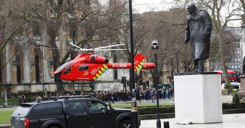 22.mar.2017 - Um helicóptero ambulância pousa na praça do Parlamento para atender vítimas do incidente na ponte Westminster, em Londres