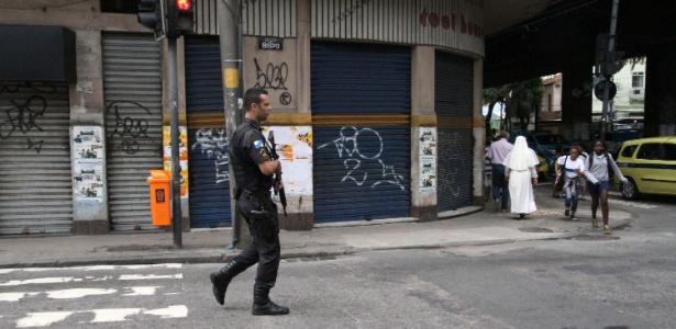 Policial caminha pela Tijuca após homens intimidarem comerciantes a fechar lojas