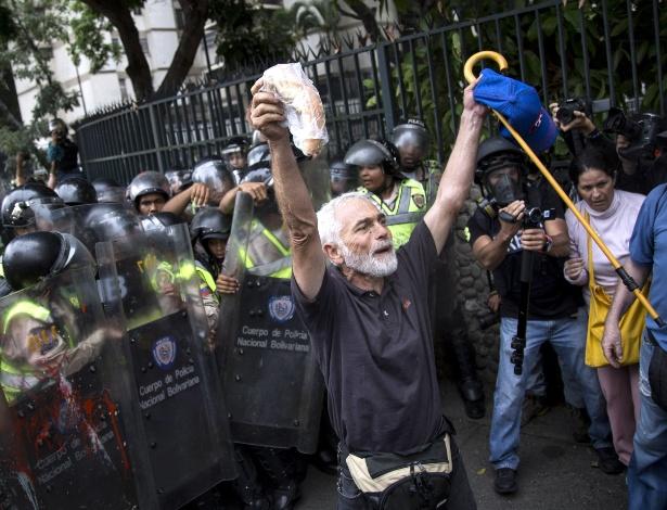 """Homem com bengala participa da """"Marcha dos Vovôs"""" contra o presidente Nicolás Maduro, em Caracas, na Venezuela"""