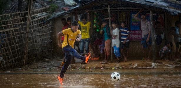 Mohammed Ismail, refugiado rohingya de segunda geração, joga em campo de refugiados de Bangladesh