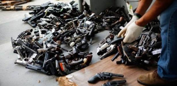 Armas são preparadas para destruição no Amazonas; legislação que controla armas no Brasil é alvo de disputas anteriores à sua aprovação