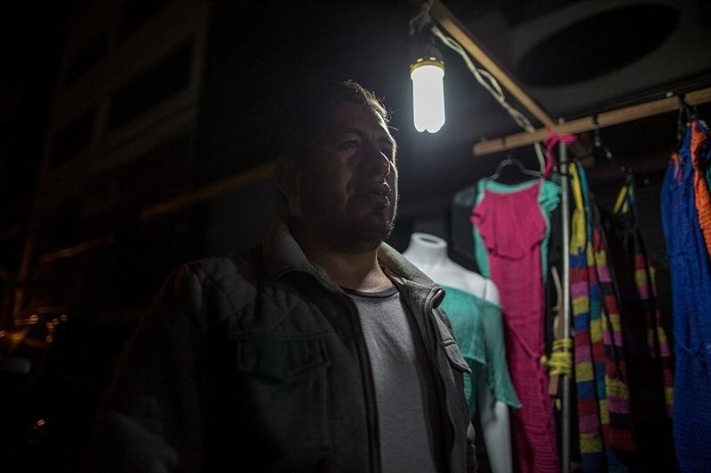 28.nov.2017 - Há 14 anos no Brasil, Vicente Flores vende roupas de praia nas ruas do Brás. Ele também tem um box dentro do galpão que fica no pátio do Pari, mas considera o movimento melhor na rua