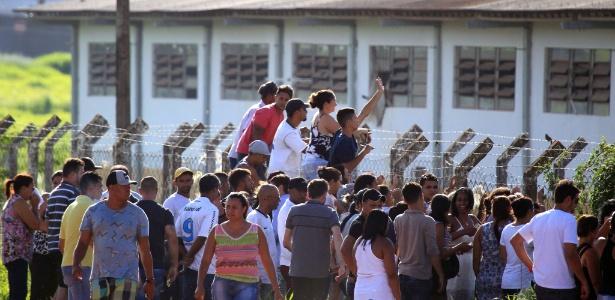 Familiares esperam do lado de fora da prisão Coronel Odenir Guimarães