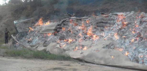 Uma das carretas, carregada com papel, ficou em chamas após o acidente