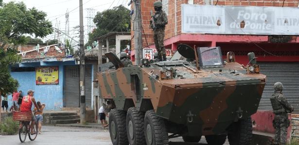 27.fev.2018 - Militares fazem operação na comunidade Vila Aliança, em Senador Camará, zona oeste do Rio de Janeiro. A ação conta com tanques e helicóptero. O objetivo é desobstruir vias bloqueadas com barricadas construídas por traficantes