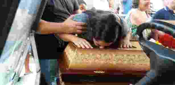 15.mar.2018 - A funcionária pública Agatha Arnaus Reis no enterro do marido Anderson Pedro Gomes, 39, assassinado junto à vereadora Marielle Franco (PSOL) - Léo Burlá/UOL