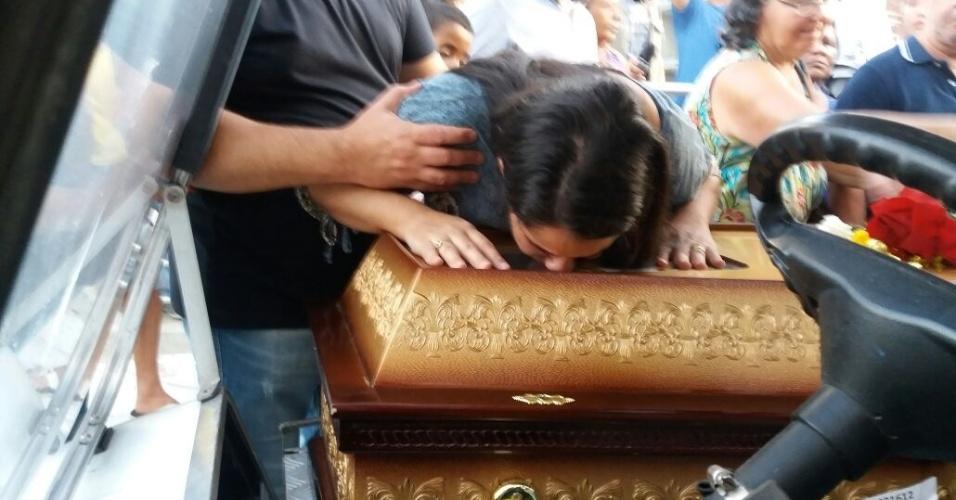15.mar.2018 - A funcionária pública Agatha Arnaus Reis no enterro do marido Anderson Pedro Gomes, 39, assassinado junto à vereadora Marielle Franco (PSOL), na noite desta quinta-feira (14)