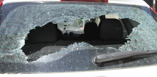 26.mar.2018 - Carro foi atingido durante confronto na favela Bateau Mouche, na Praça Seca - OSE LUCENA/FUTURA PRESS/FUTURA PRESS/ESTADÃO CONTEÚDO