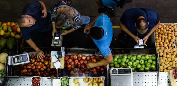 7.jun.18 - Venezuelanos compram mantimentos no mercado de Chacao, em Caracas - Federico Parra/AFP