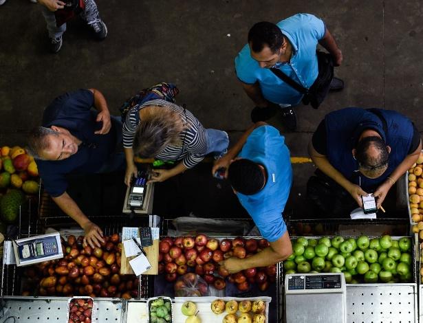 Venezuelanos fazem compras no mercado de Chacao, em Caracas