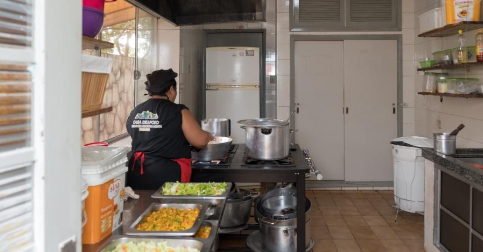 Cozinheira prepara a refeição dos hóspedes na pensão Dom Aquino