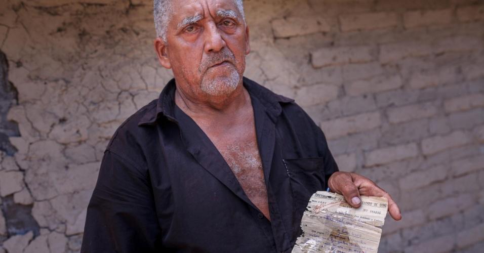 Lusio Teles, 64, mostra documento que comprova o pagamento do Imposto Territorial em 1947. Segundo ele, seu avô pagou pela terra por toda a sua vida, mas o problema fundiário persiste até hoje