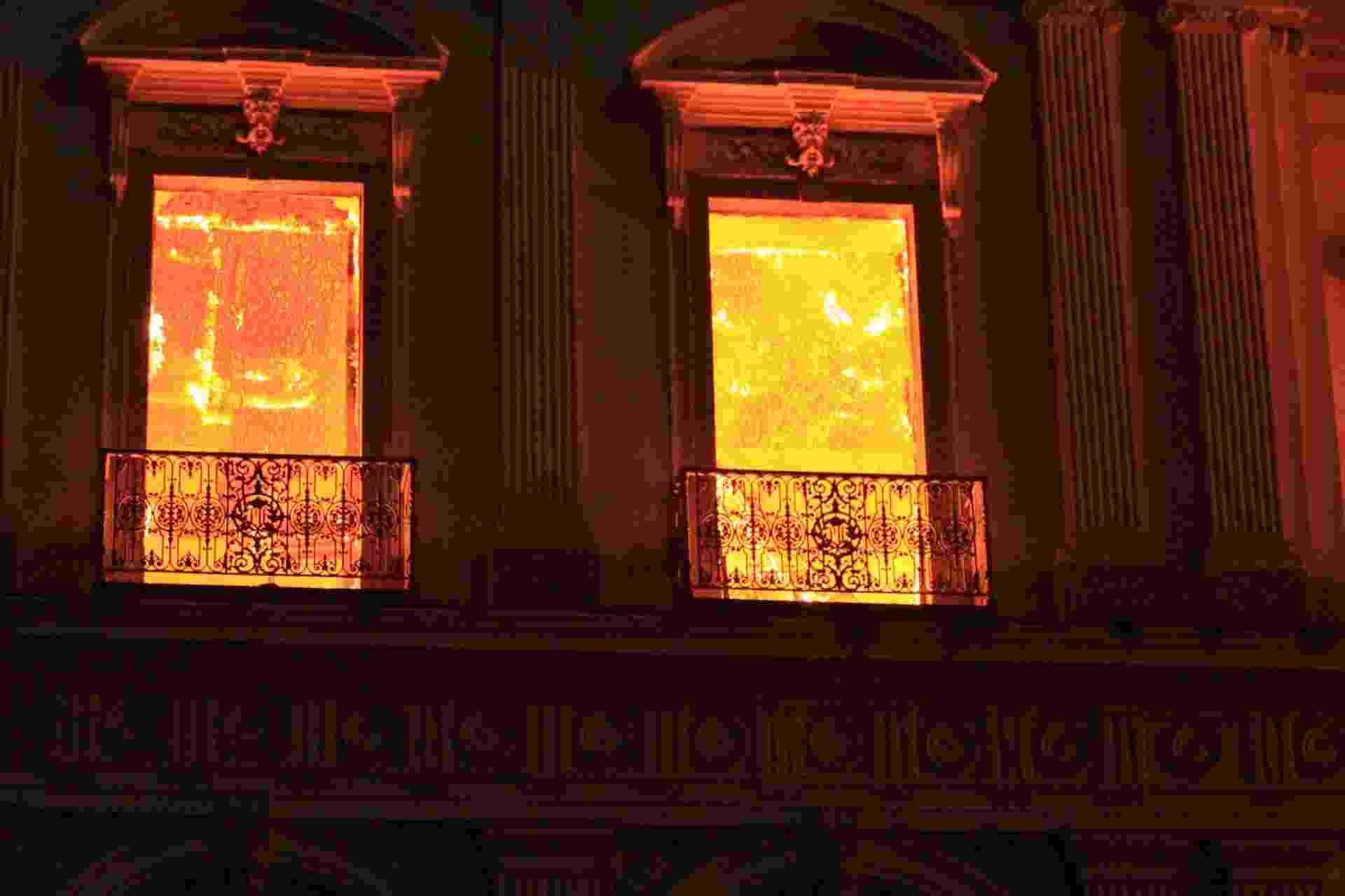 2.set.2018 - Incêndio de grandes proporções atingiu o Museu Nacional, no Rio de Janeiro, na noite deste domingo (2) - José Lucena / Futura Press / Estadão Conteúdo