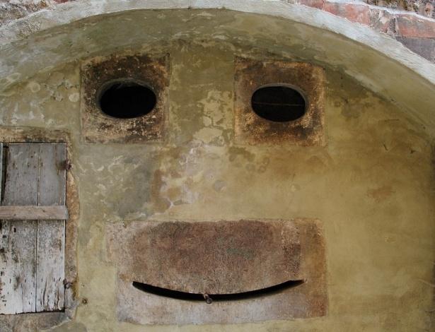 A parede na cidade de Toscana, Itália, ilustra bem o fenômeno da pareidolia - a identificação de padrões familiares, como rostos, em situações aleatórias - Getty Images
