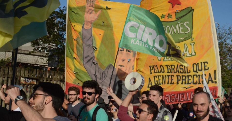 Em Porto Alegre, militantes participam de último ato de campanha do candidato do PDT, Ciro Gomes