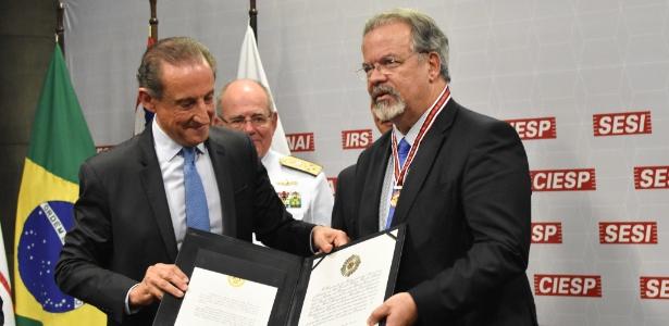 21.nov.2018 - Jungmann recebe medalha de Paulo Skaf durante evento em homenagem às Forças Armadas na Fiesp - Roberto Casimiro/Fotoarena/Estadão Conteúdo